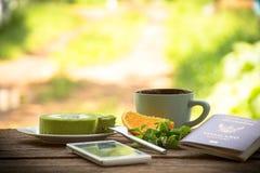 Fruto do fundo e copo de café com o bolo e a hortelã do chá verde com smartphone e passaporte Toda a tela sobre o curso Imagens de Stock Royalty Free