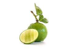 Fruto do limão do cal com uma metade isolado Imagens de Stock