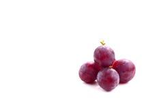 Fruto doce isolado no branco, trajeto da uva vermelha de grampeamento incluído foto de stock