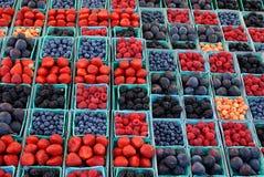 Fruto e bagas coloridos em um mercado exterior fotos de stock