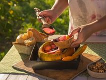Fruto e bagas cozidos em uma abóbora fotografia de stock