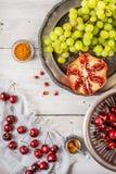 Fruto e especiarias diferentes na tabela de madeira branca Conceito dos frutos orientais verticais Fotografia de Stock