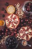 Fruto e especiarias diferentes na tabela de madeira vermelha Conceito dos frutos orientais verticais Imagens de Stock Royalty Free