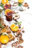 Fruto e especiarias vermelhos quentes ferventados com especiarias do perfurador do fundo branco do vinho Foto de Stock