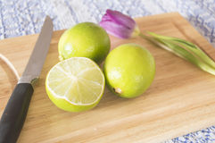 Fruto e faca do cal do citrino Foto de Stock Royalty Free