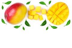 Fruto e fatias da manga decorados com as folhas isoladas no fundo branco com espaço da cópia para seu texto Vista superior Fotos de Stock