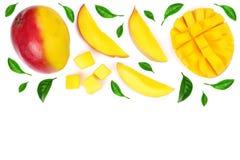Fruto e fatias da manga decorados com as folhas isoladas no fundo branco com espaço da cópia para seu texto Vista superior Imagem de Stock