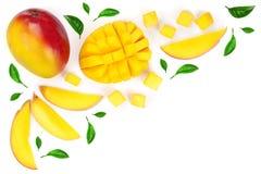 Fruto e fatias da manga decorados com as folhas isoladas no fundo branco com espaço da cópia para seu texto Vista superior Imagens de Stock