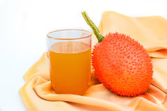 Fruto e suco de Gac isolados no branco imagens de stock royalty free