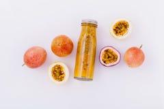 Fruto e suco frescos de paixão na garrafa para saudável e o refr Imagens de Stock Royalty Free