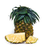 Fruto fresco do abacaxi com as partes cortadas isoladas no branco Fotografia de Stock
