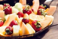 Fruto fresco em uma bandeja imagens de stock royalty free