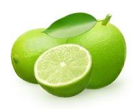 Fruto fresco inteiro do cal com a folha verde, encontrando-se e parcialmente Fotos de Stock