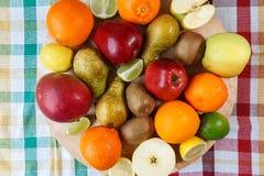 Fruto fresco na toalha de cozinha colorida fotos de stock