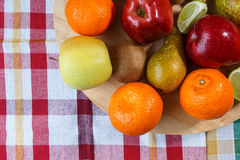 Fruto fresco na toalha de cozinha colorida fotos de stock royalty free