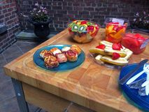 Fruto fresco no pátio uma refeição matinal clara perfeita Fotos de Stock Royalty Free