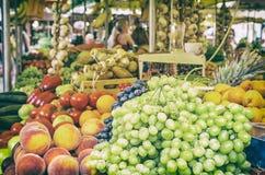 Fruto fresco no salão do mercado, cidade velha Trogir, filtro análogo imagem de stock royalty free