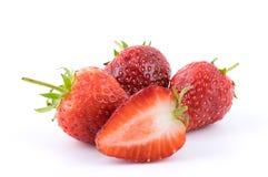 Fruto fresco perfeitamente retocado da morango com metade cortada isolado no fundo branco Imagens de Stock Royalty Free