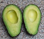 Fruto gordo cortado do abacate foto de stock
