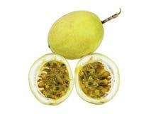 Fruto inteiro do fruto de paixão e aberto Fotografia de Stock