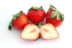 Fruto inteiro e cortado da morango da parte isolado no fundo branco fotos de stock royalty free