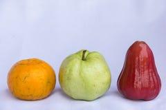 Fruto limpo cor-de-rosa vermelho fresco da maçã, a alaranjada e a verde da goiaba Fotos de Stock