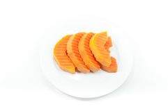 Fruto maduro da papaia cortado em um prato branco no branco fotos de stock