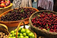 Fruto misturado em um mercado fotografia de stock royalty free