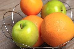 Fruto na madeira Bio alimento, ervas e especiarias saudáveis Imagens de Stock