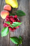 Fruto orgânico em uma tabela de madeira fotos de stock royalty free