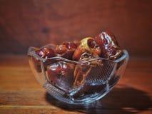 Fruto ou Kurmabin das datas a bacia no fundo de madeira foto de stock royalty free