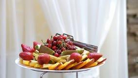 Fruto saboroso - cereja, morangos, quivi, maçã, pêssegos, peras na tabela de bufete filme