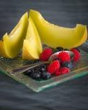 Fruto saudável fresco em uma placa de sobremesa de vidro no fundo preto Conceito saudável comer Imagens de Stock Royalty Free