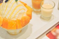 Fruto saudável na tabela, conceito projetado da sobremesa coreana de Bingsu da manga do alimento imagens de stock