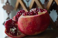 Fruto suculento da romã em um apoio de madeira Fotografia de Stock Royalty Free