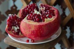 Fruto suculento da romã em um apoio de madeira Fotos de Stock Royalty Free