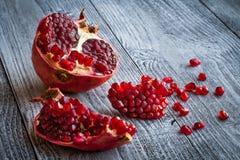 Fruto suculento da romã sobre a tabela de madeira Foto de Stock