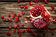 Fruto suculento da romã sobre a tabela de madeira Fotografia de Stock Royalty Free