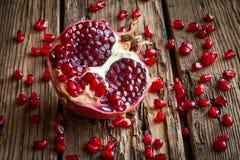 Fruto suculento da romã sobre a tabela de madeira Fotos de Stock Royalty Free