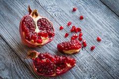 Fruto suculento da romã sobre a tabela de madeira Fotografia de Stock
