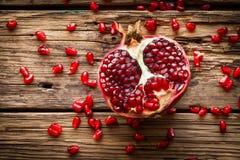 Fruto suculento da romã sobre a tabela de madeira Imagens de Stock Royalty Free