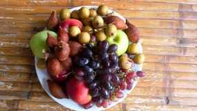 Fruto tropical delicioso e arranjado na bacia em uma tabela de madeira Parte superior da vista fotografia de stock