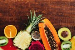 Fruto tropical no fundo de madeira escuro foto de stock