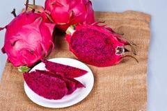 fruto vermelho cortado fresco bonito do dragão (pitaya) foto de stock royalty free