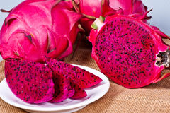 fruto vermelho cortado fresco bonito do dragão (pitaya) fotografia de stock