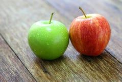 fruto vermelho e verde da maçã Foto de Stock