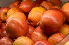 Fruto vermelho fresco da maçã no mercado Fotografia de Stock