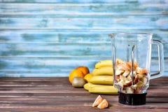 Frutos antes de misturar acima em um batido saudável fotos de stock