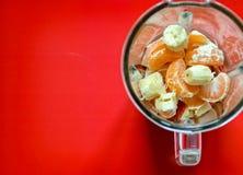 Frutos antes de misturar acima em um batido saudável imagens de stock