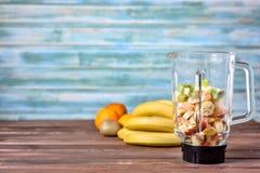 Frutos antes de misturar acima em um batido saudável imagem de stock